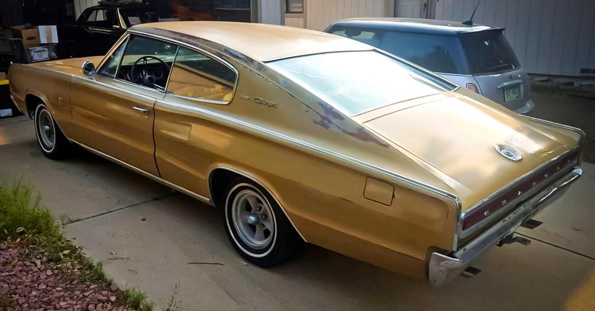 На продажу выставили 53-летний Dodge Charger с оригинальным золотистым кузовом — Motor
