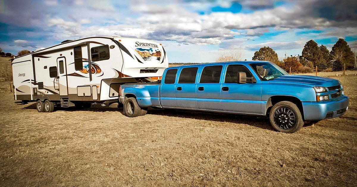 Посмотрите на семидверный лимузин на базе Chevrolet Silverado