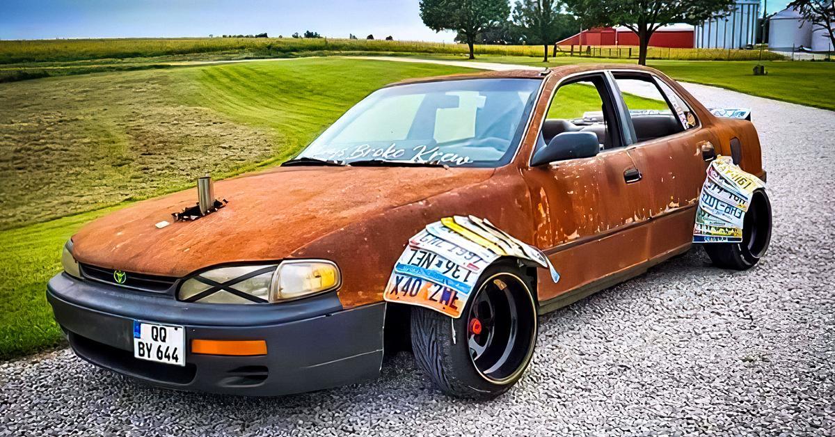 Посмотрите на «состаренную» Toyota Camry с колесными арками из автомобильных номеров