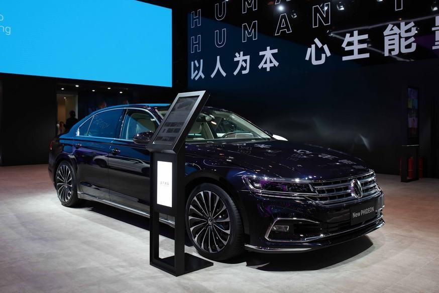 Растерявший покупателей пятиметровый седан VW Phideon обновлён: без V6, зато с холодильником